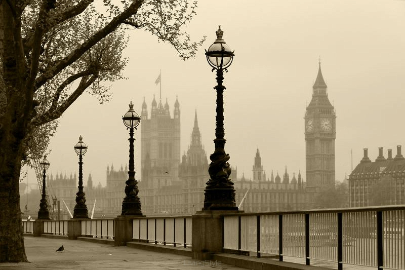 Big Ben i Houses of Parliament Londyn we mgle 41947981